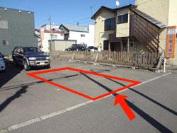 事務所前から道沿いに30m前方左手にあります。駐車場所は歩道側中央です。
