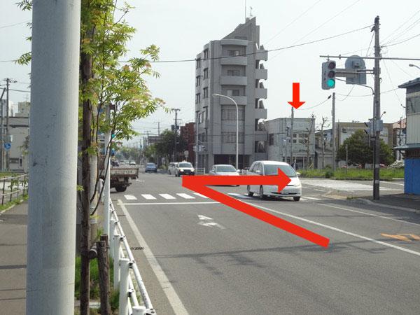 高砂通りから自由市場・中央郵便局方面に右折してすぐ左側です。