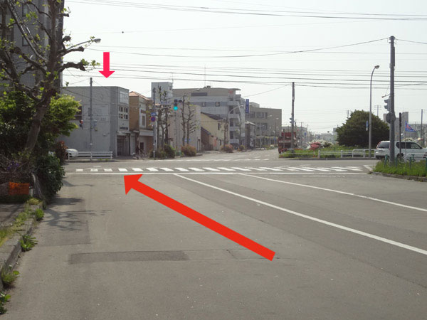 中央郵便局方面に向かい、高砂通りとの交差点を越えるとすぐ左側です。
