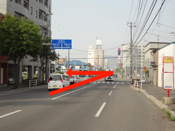 りから自由市場・中央郵便局方面に左折してすぐ左側です。